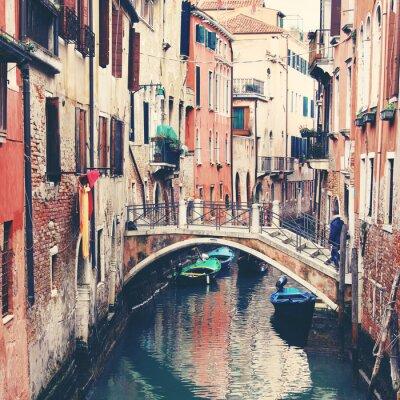 Obraz Wąski kanał i most w Wenecji