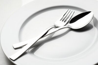Obraz widelec i łyżka na białym talerzu