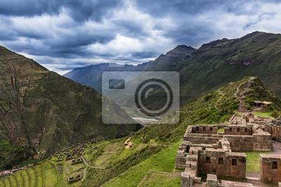 Widok na dolinę i starożytnych Najświętszego tarasy Inków Pisac, Peru.