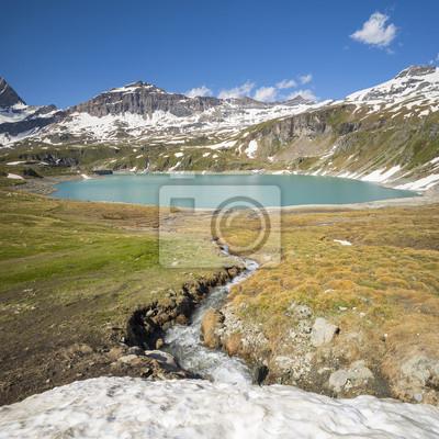 widok na lodem Creek i szmaragdowe jezioro w Alpach we Włoszech