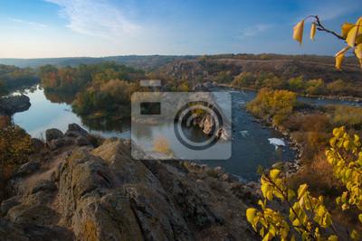 Widok na rzekę ze skał _ jesieni