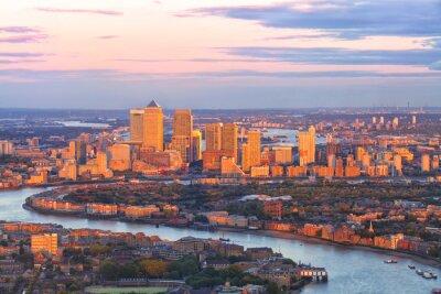 Obraz Widok z lotu ptaka dzielnicy finansowej wschodnim Londynie Canary Wharf Docklands krążyły przez Thames River, z budynkami oświetlone przez kolorowe słońca