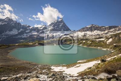 widok z lotu ptaka na dzikie jezioro i góry szczyt we Włoszech