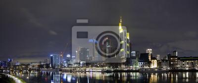 Wieczorna panorama rzeki i głównej dzielnicy biznesowej, Frankfurt