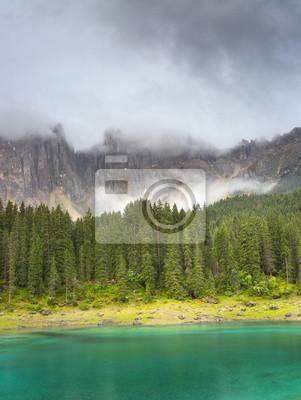 Wielowarstwowe krajobraz z jeziorem i lasów we mgle we Włoszech