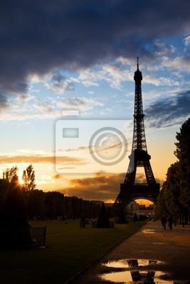 Wieża Eiffla przeciwko kolorowe słońca po deszczu