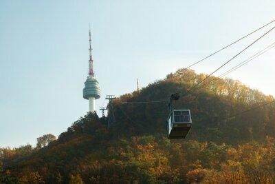 Wieża Namsan N Seul z linią kolejki linowej w czasie zachodu słońca jesienią w Seulu w Korei Południowej.