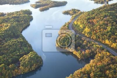 Obraz Wijąca się droga wzdłuż rzeki Mississippi jesienią