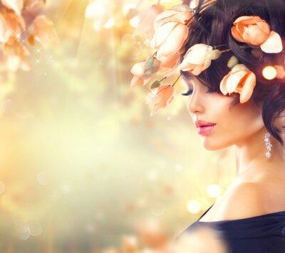 Obraz Wiosna kobieta z magnolii kwiaty we włosach
