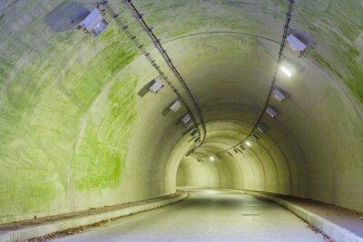 Obraz Wnętrze tunelu miejskiego w góry bez ruchu ..