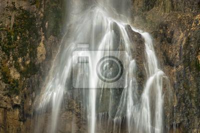 woda jedwab przepływa na ścianie kamienie w chorwacji