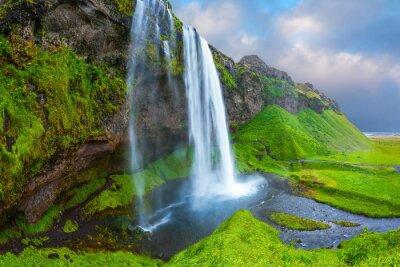 Obraz Woda przepływa przez szybkim strumieniem