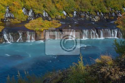 Wodospad Barnafoss ozdobiony jesiennymi drzewami