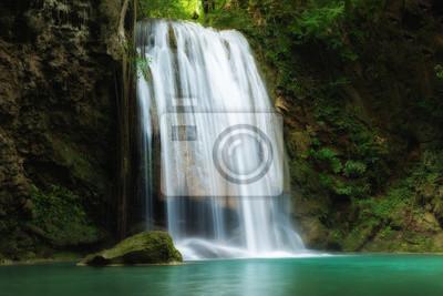 Wodospad Erawan jest piękny wodospad w lesie wiosny w prowincji Kanchanaburi w Tajlandii.