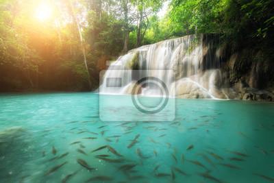 Wodospad Erawan w Kanchanaburi w Tajlandii. Piękny wodospad