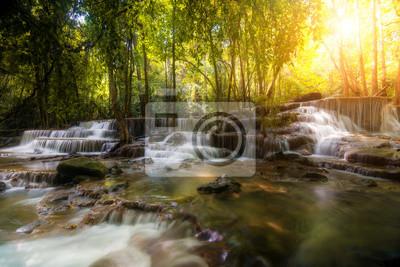 Wodospad Huay Mae Kamin, piękny wodospad w lesie deszczowym, prowincja Kanchanaburi w Tajlandii