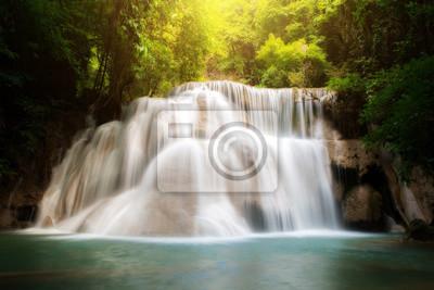 Wodospad Huay MaeKamin to piękny wodospad w tropikalnym lesie, w prowincji Kanchanaburi, Tajlandia.