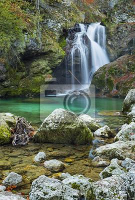 wodospad i kamienie