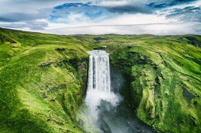 Obraz Wodospad Islandii Skogafoss w islandzkim krajobrazie przyrody. Słynne atrakcje turystyczne i punkty orientacyjne w islandzkim krajobrazie przyrody na południowej Islandii. Widok z lotu ptaka górnej wo
