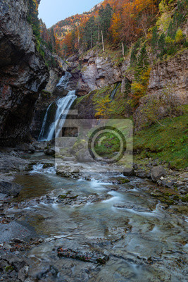 Wodospad jaskini (cascada de la Cueva) w Ordesa i Monte Perdido National Park, Hiszpania