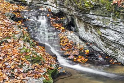 Wodospad jesienią - obszar rekreacyjny Lieber State, hrabstwo Owen w stanie Indiana