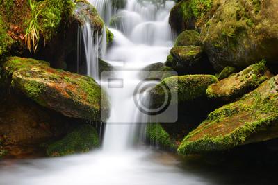 Wodospad na górskim potoku.