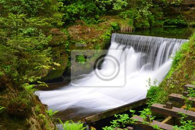 Wodospad na rzece Kamenice w parku narodowym Czeska Szwajcaria, Czechy.