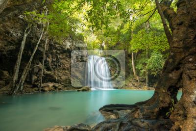 Wodospad piękne (Erawan wodospad) w prowincji Kanchanaburi