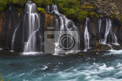 Wodospad płynący w błękitną rzekę