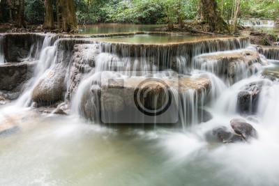 Wodospad w głębokim lesie w Tajlandii