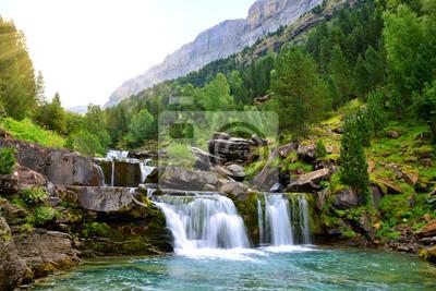 Wodospad w Parku Narodowym Ordesa i Monte Perdido. Pireneje górskie. Prowincja Huesca, Hiszpania.