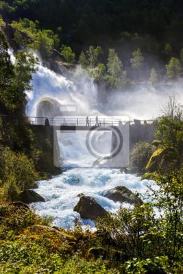 Wodospad w pobliżu Briksdal lodowiec - Norwegia