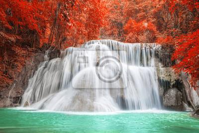 Wodospad w sezonie jesiennym w Kanchanaburi, Tajlandia