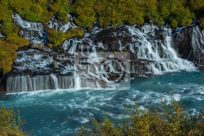 Wodospad wśród liści jesienią