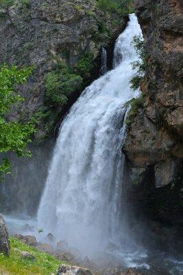 Obraz Wodospad wynika z wysokiego klifu