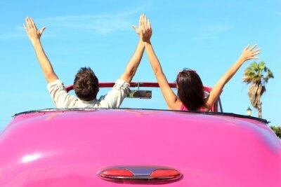 Obraz Wolność - szczęśliwy wolny para w samochodzie