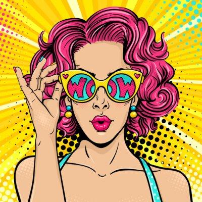 Obraz Wow twarz pop-artu. Sexy zaskoczony kobieta z różowym kręcone włosy i otwarte usta gospodarstwa okulary słoneczne w ręce z napisem wow w refleksji. Wektor kolorowe tło w pop-art retro komiczny styl.