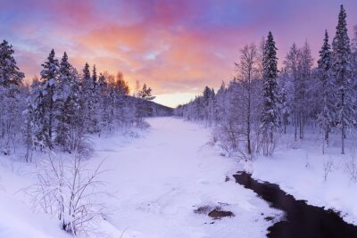 Obraz Wschód słońca nad rzeką w zimie w pobliżu Levi, fińskiej Laponii
