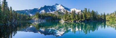 Obraz Wulkaniczna góra w porannym świetle odbicie w spokojnych wodach jeziora.