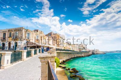 Obraz Wybrzeże Ortigia wyspa przy miastem Syracuse, Sicily, Włochy. Piękne zdjęcie podróży Sycylii.