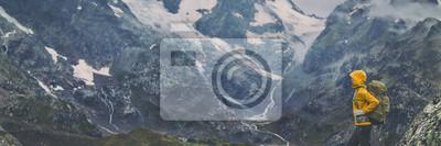 Obraz Wycieczka górska Europa podróż wycieczkowicz kobieta trekking w Szwajcarii Alpy góry krajobraz tła. Panoramiczny sztandar wycieczkowicza na wyprawie przygodowej.