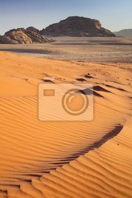 wydmy i widok do góry na pustyni Wadi Rum w Jordanii