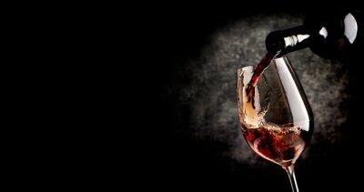 Obraz Wylewanie wina na czarnym