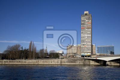 Wysoki budynek na brzegu rzeki Mozy, Liege
