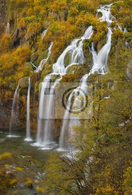 wysoki wodospad spada kaskadowo w Chorwacji