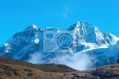 Wysokie góry, pokryte śniegiem.