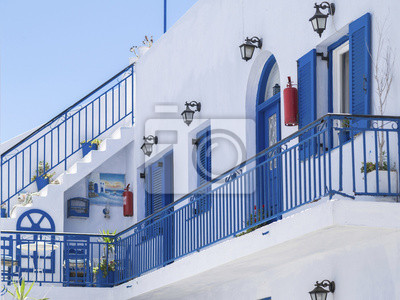 белые стены и синие двери