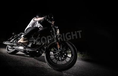 Obraz Zamknij się motocykl o dużej mocy w nocy, chopper.
