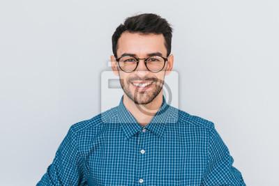 Obraz Zbliżenie portret przystojny mądrze ono uśmiecha się z toothy uśmiechu męskim pozować dla ogólnospołecznej reklamy, odizolowywającej na białym tle z kopii przestrzenią dla twój promocyjnej zawartości