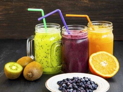 Obraz Zdrowe soki napoje z kiwi, jagody i pomarańczy